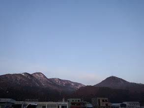 藤倉山(左奥)と鍋倉山(右)