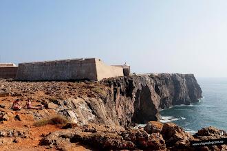 Photo: 7: La Fortaleza de Sagres se hizo en un promontorio, el Cabo de Sagres, por tanto está protegida de forma natural por tres de sus lados por acantilados verticales. Muchos barcos pasaban por esta zona y aquí podían estar a salvo de piratas.