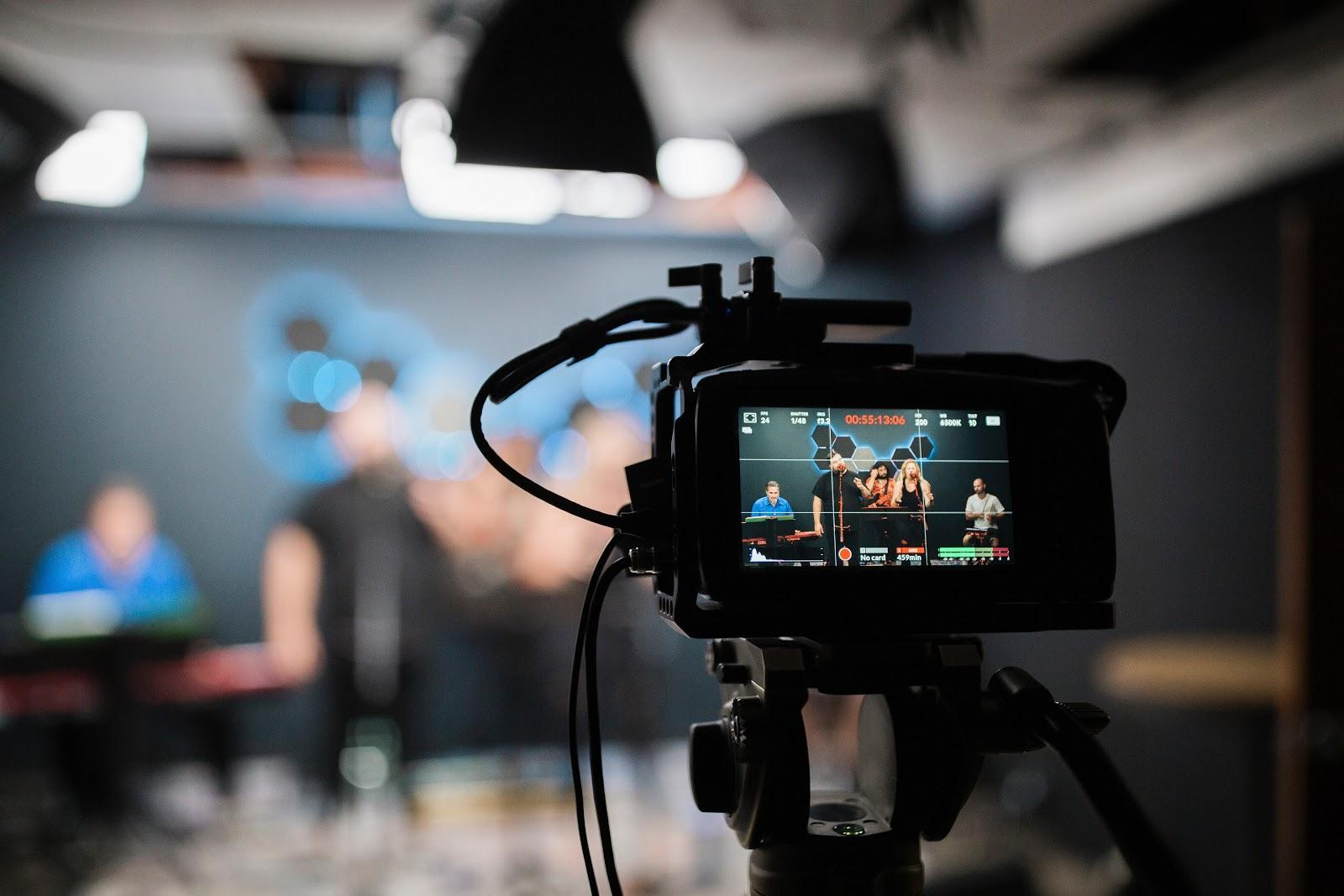 Image représentant une caméra en train de filmer une conférence pour sa rediffusion live streaming