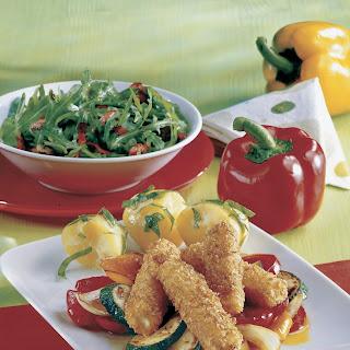 Gebackene Feta-Schnitzelsticks mit Paprika-Zucchini-Gemüse