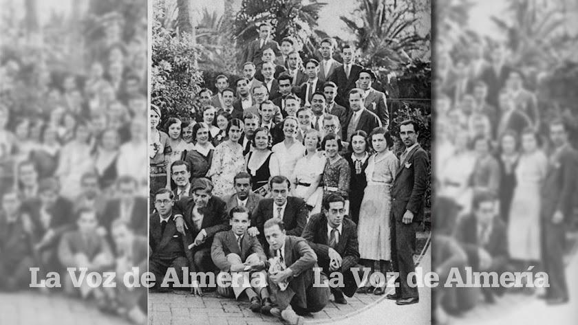 Maestros y alumnos de la Escuela Normal de Magisterio de Almería en mayo de 1933.