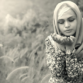 H O P E by Ismail Ahmad - People Portraits of Women