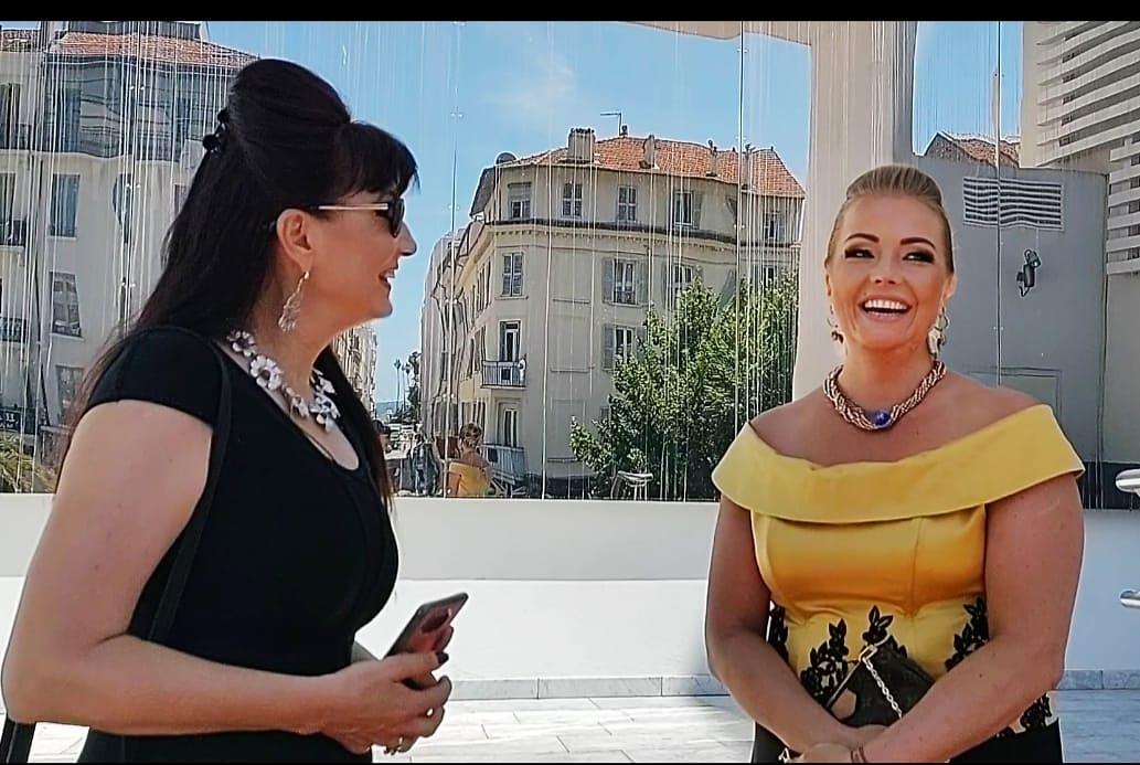 Diseñadora Olga IF acompañada de la actriz extranjera Yulia Zhiveynova-Ferrara