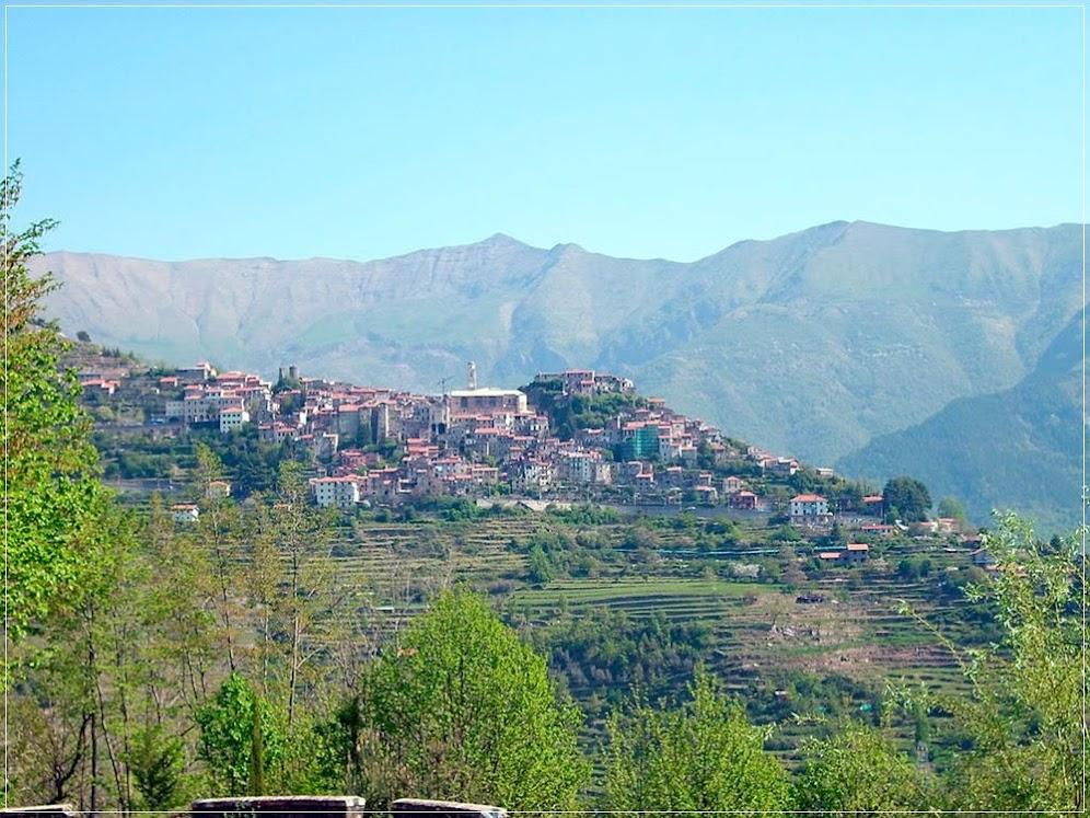 Triora sobre o Monte Saccarello
