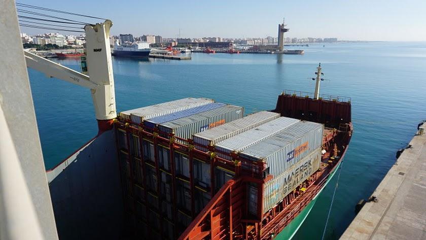 Mercancías  en el Puerto de Almería cargada por la naviera Maersk.