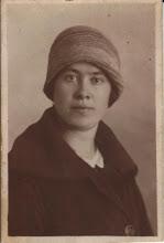 Photo: Annie ('Ans') van der Vliet, geb. Amsterdam 6-9-1903, overl. Amsterdam 31-12-1936 (in het Wilhelmina Gasthuis, longontsteking). Beroep: verpleegster. Zij verbleef enkele jaren in Ned.-Indië, als ik mij goed herinner als particulier verpleegster van een familie Bleeker. Ongehuwd. Oudere zus van mijn moeder. Heb haar nooit gekend, maar het is een favoriete tante van mij.  Gewoon heel sympathiek.