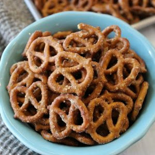 Garlic Ranch Pretzels Recipe - Easy Seasoned Pretzels.