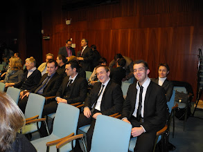 Photo: De gauche à droite Yohan MILLIN, Jérémie AUBINEAU, Christophe RONEZ, et Romain BEUZEVALétudiants en L3 à l'Université de Poitiers. En arrière plan, Sabine Riffaut IPHEP, Université de Poitiers.