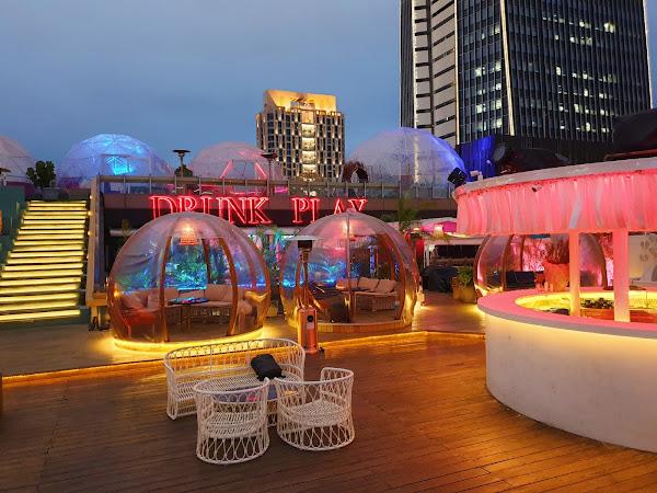 戶外景觀開闊視野很好,還可以很近距離的欣賞101,泡泡球包廂拍照有特色,餐點是很有水準的泰菜,我去泰國超過10次,這間真的超讚的啦!
