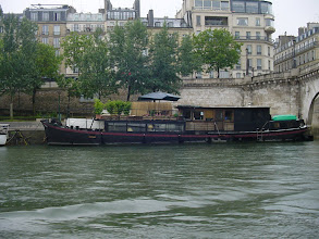 Photo: Houseboats are quite numerous along some parts of the Seine.