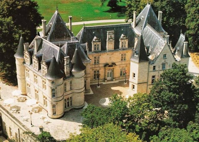 Les Deux Lévriers, Château de Mirambeau
