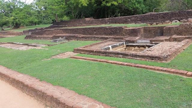 Mirror Wall , Sigiriya, சிங்கள மன்னன் இராவணன் வாய்ந்த இடம்