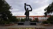 Памятник машиностроителю, проспект Мира на фото Орска