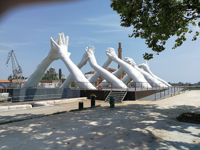 Lorenzo Quinn's Building Bridges