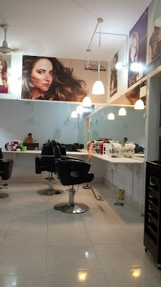 Nisha Beauty Salon karachi