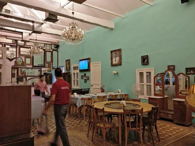 Petit Cafe - Restaurant