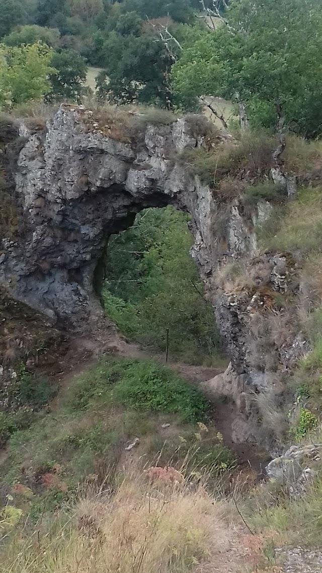 Vestiges du château-fort de Pierre-Perthuis 12ème s