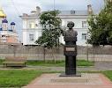Памятник М.М. Пришвину, улица Мира, дом 115 на фото Ельца