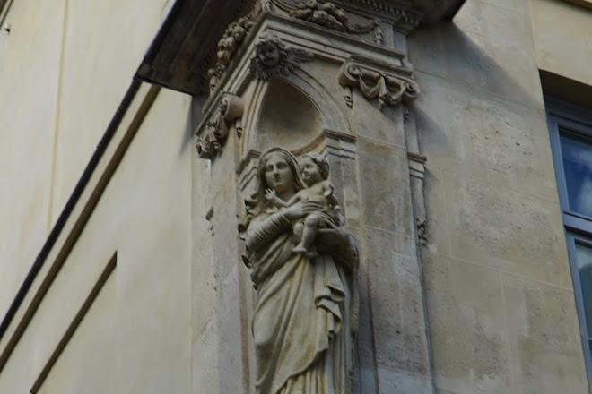 Statue de la Vierge a l'Enfant Jesus, Paris, France