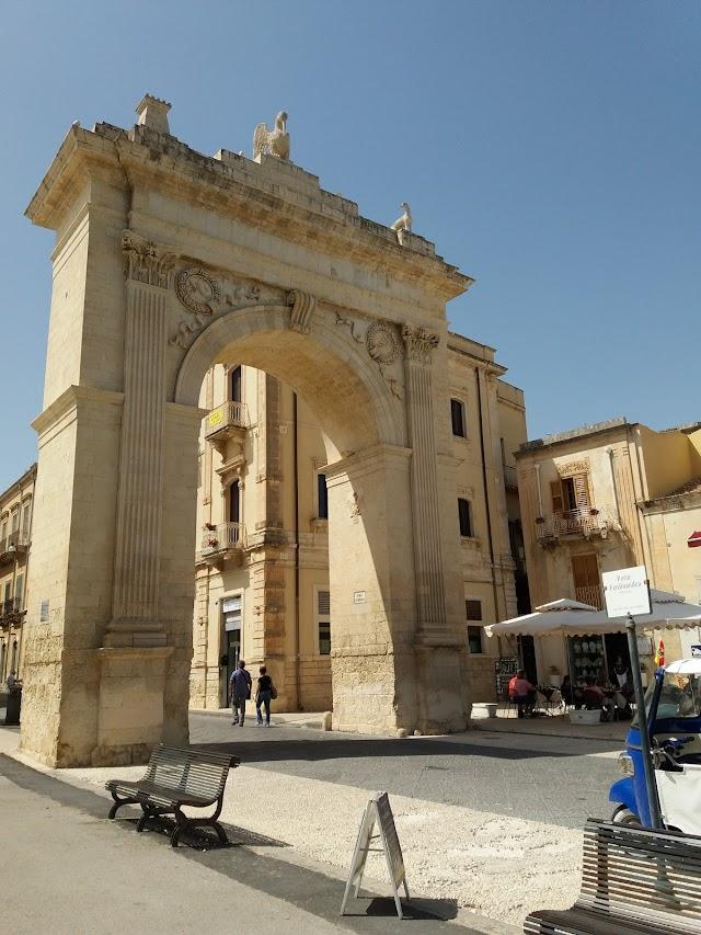 L'Arco di Trionfo, Porta Reale o Ferdinandea