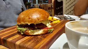 Manu Resto Cafe 1