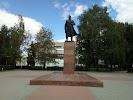 Памятник И.Д. Черняховскому на фото Черняховска