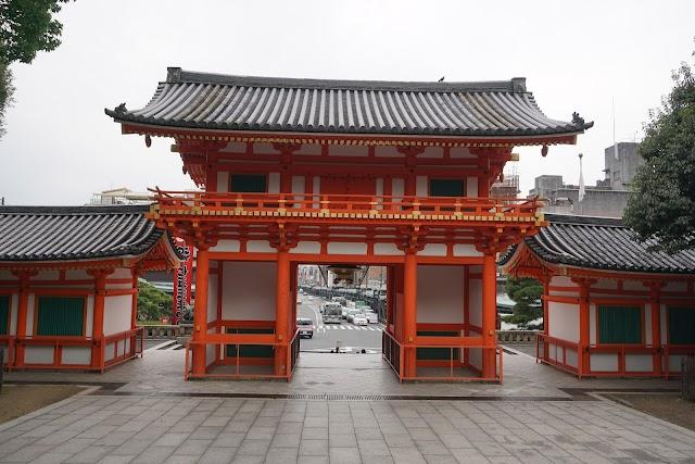 Yasaka-Jinja Shrine Nishiromon Gate
