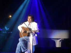 Photo: O Rei tocando violão e cantando DETALHES