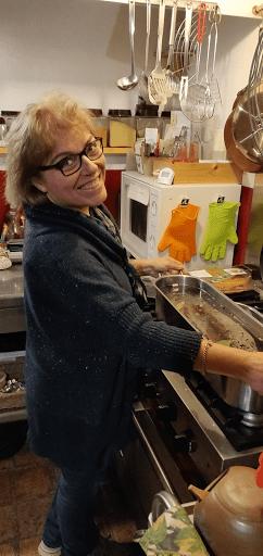 Brigitte en cuisine pour la table d'hôtes