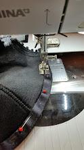 Photo: Voor het beugelband kun je voet 38 van Bernina gebruiken, dat is een paspelvoet. Je naait dan precies op 1 mm afstand. For sewing the wirecasting you can use foot 38 of the Bernina.