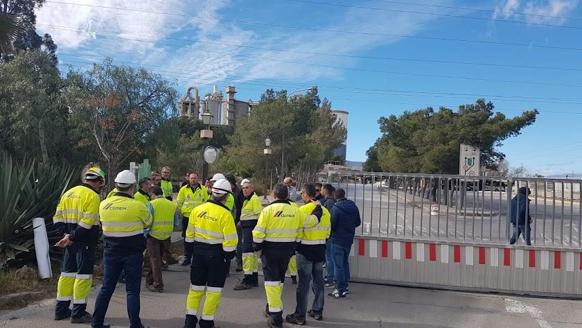 Los trabajadores de Cemex bloquean la puerta de entrada de la fábrica.