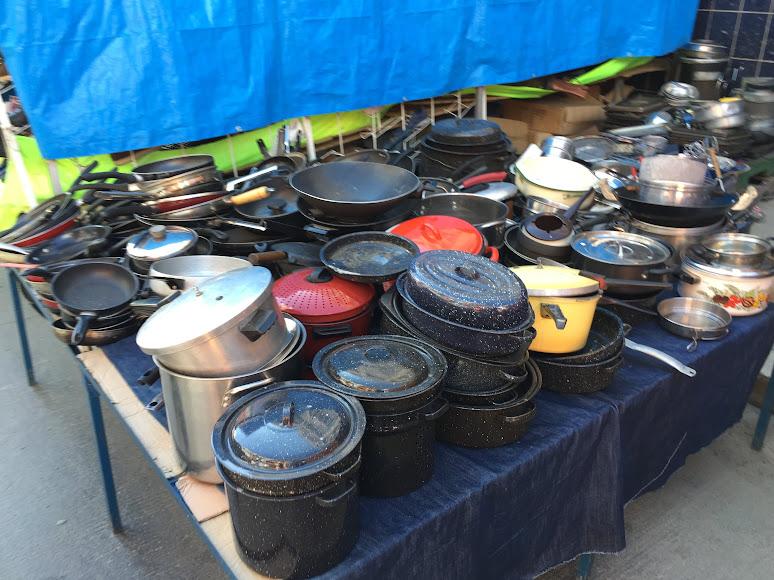 エル・アルトの泥棒市場で売られている大量のフライパンや鍋など