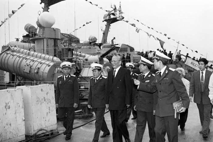 Chủ tịch nước Lê Đức Anh thăm các đơn vị Hải quân vùng 3 ngày 9/1/1996