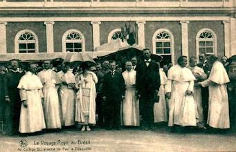 Photo: Colégio São Vicente de Paulo, quando ainda funcionava no prédio hoje ocupado pelo Museu Imperial. Foto tirada por ocasião da visita do Rei Alberto I da Bélgica, em 1920