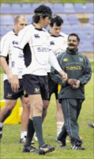 CAPE TOWN, SOUTH AFRICA - 17 June 2008, Peter de Villiers talking to Victor Matfield during the Springboks training session held at Hamiltons Rugby Club in Cape Town, South Africa.\nPhoto by Gallo Images\n\nTALL ORDER: Springboks coach Peter de Villiers talks to Victor Matfield during a training session held at Hamiltons Rugby Club in Cape Town recently. page46, sow 25/06/08.