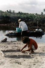 Photo: O trabalho na relação direta com a natureza é reproduzido pelas gerações no cotidiano quilombola. Angelin, julho/ 1998