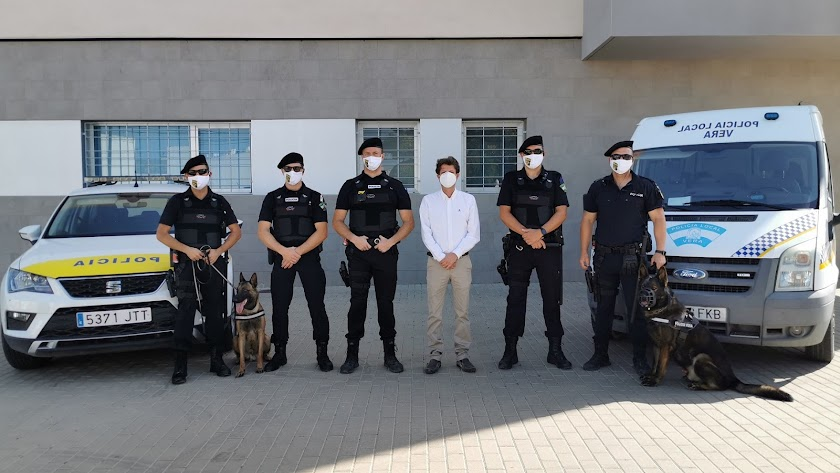 El concejal de Seguridad Ciudadana, Alfonso García, junto a los miembros de la nueva unidad.
