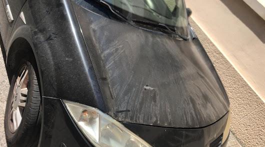 Uno de los coches dañados.