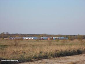 Photo: Elementy wiatraków składowane na dużym pasie startowym