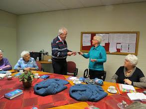 Photo: Voorzitter Hanny van Dijken overhandigt een cheque van € 1250 aan wijkpenningmeester Gaele de Haan.