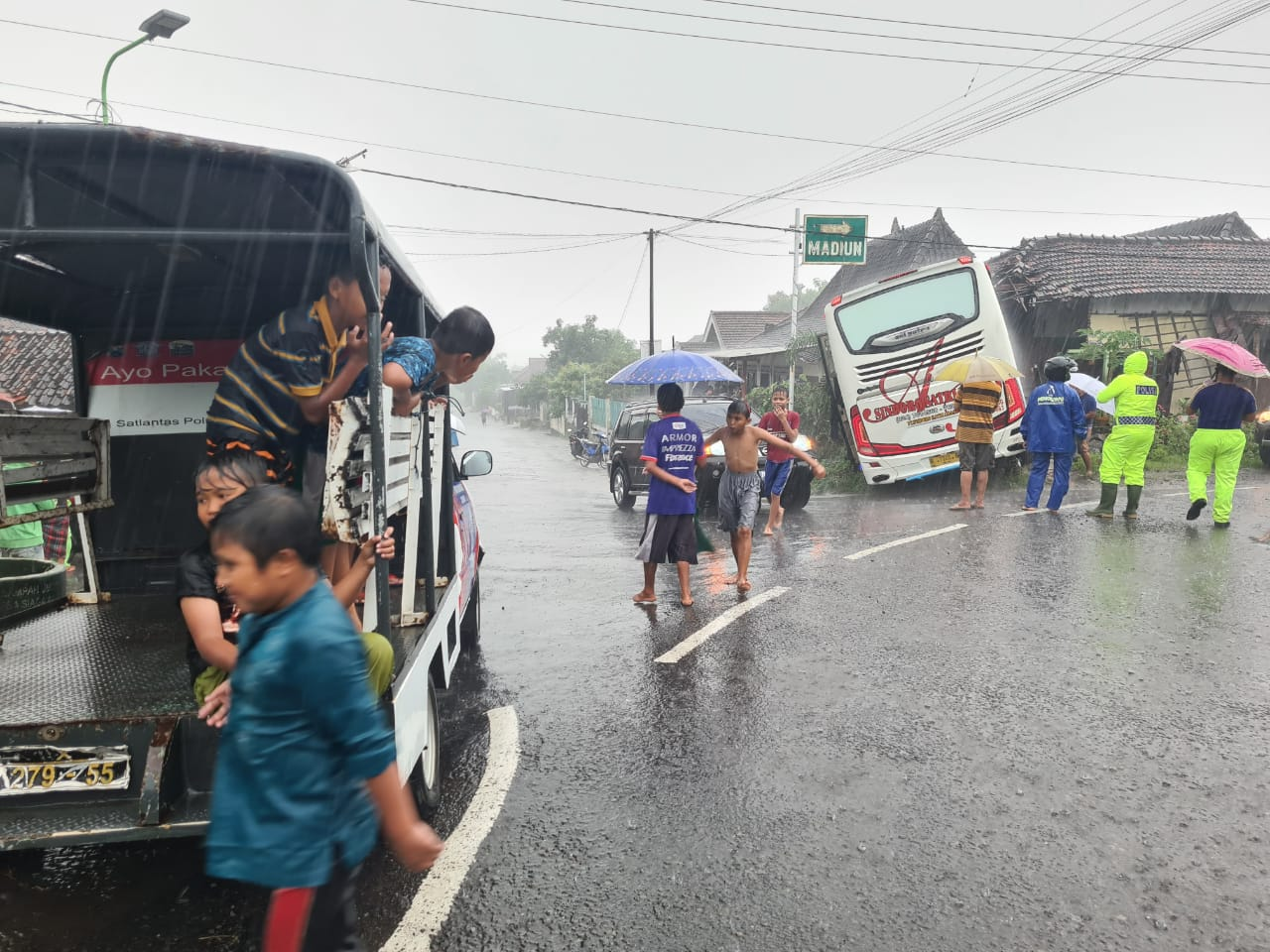 Sopir Bis PO Sindoro Tak Hapal Jalan Sruduk Rumah Warga Brantakan