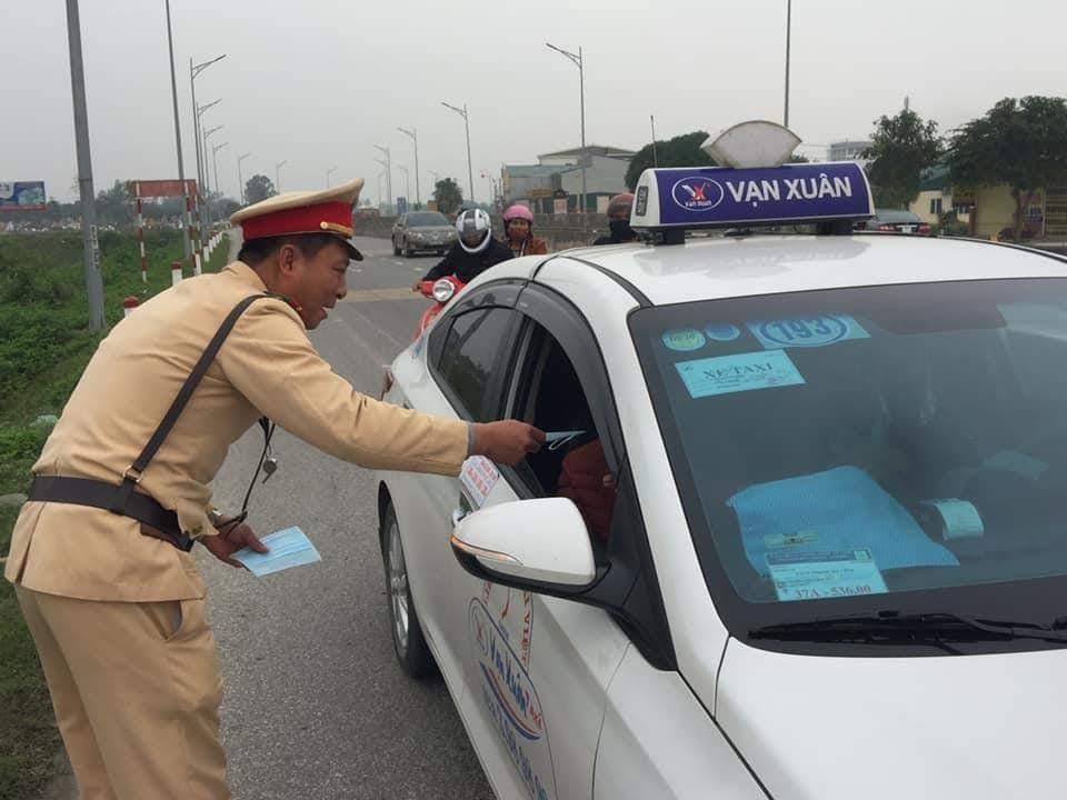 Lực lượng CSGT Công an TP Vinh phát khẩu trang miễn phí cho người dân khi tham gia giao thông trước cổng bến xe Vinh