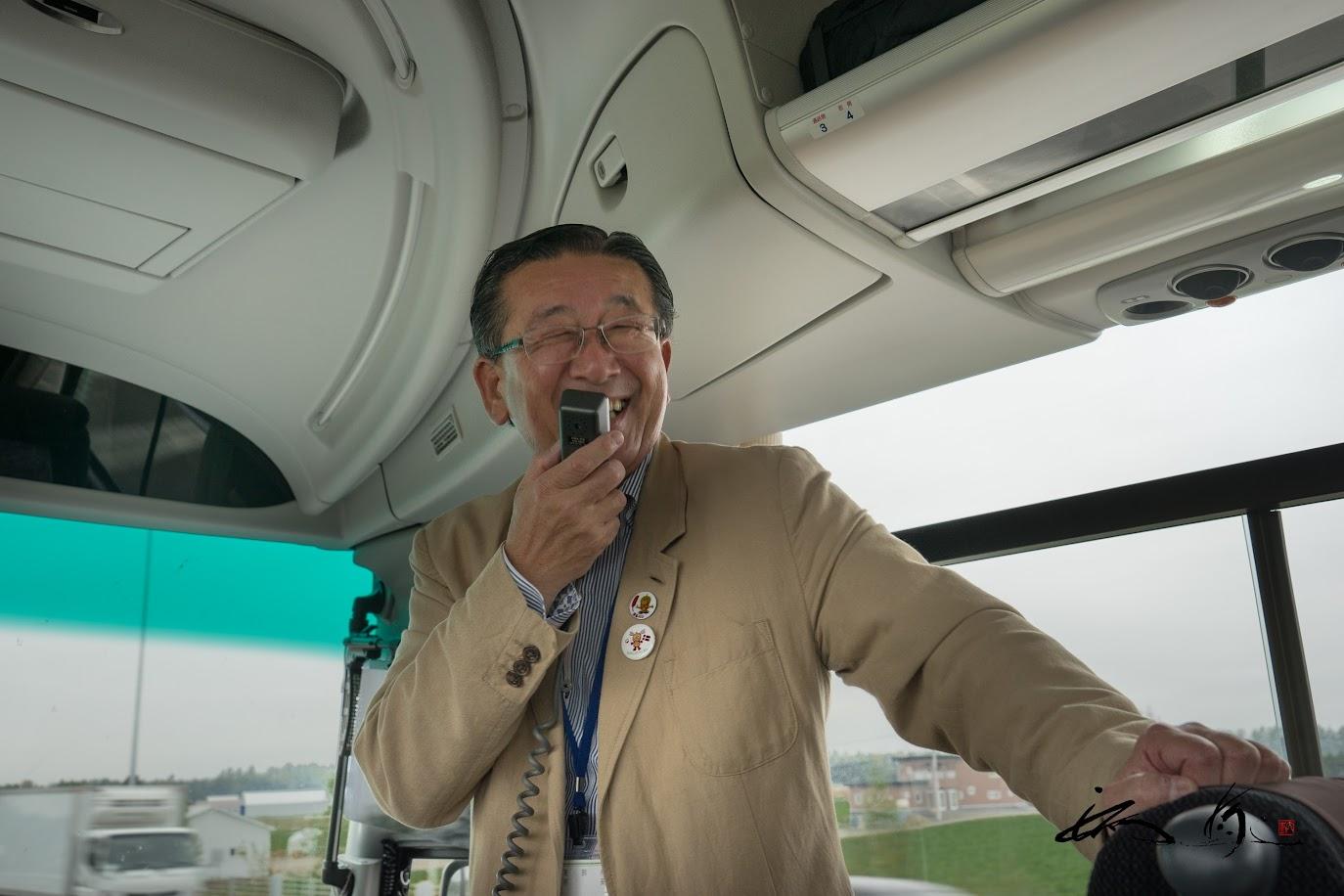 車中での西山村長バスガイド!
