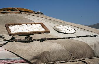 Photo: 03120 ウランバートル/牧民の家/ゲルの屋根に乳製品を干す
