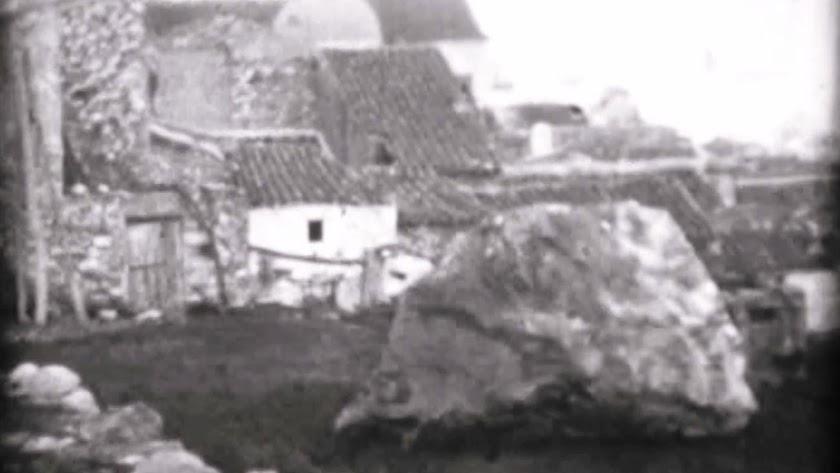 Imagen de una de las rocas caídas tras la voladura en el cerro que se encuentra sobre el pueblo de Cóbdar.