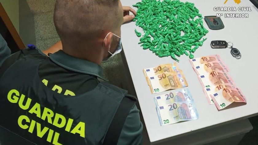 Droga y dinero intervenido por la Guardia Civil.