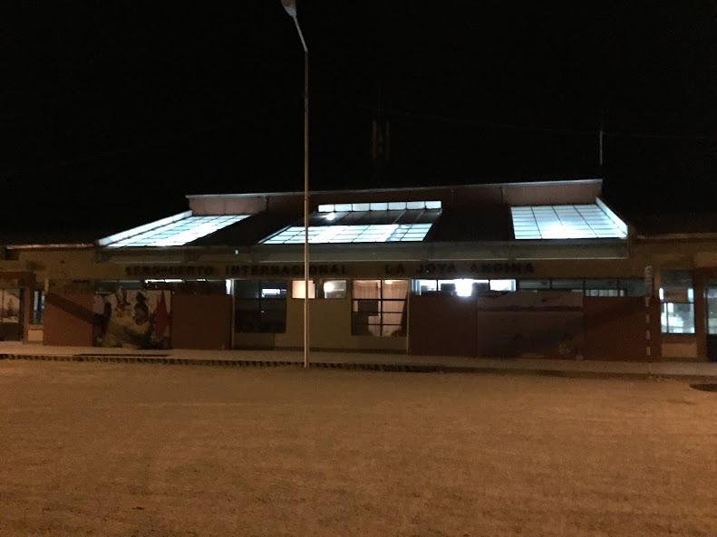 こじんまりとしたウユニ空港。周りは真っ暗