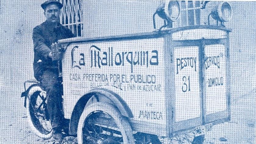 Juan Cazorla Plaza con su carro ambulante de La Malloquina, con establecimiento en la calle Restoy.