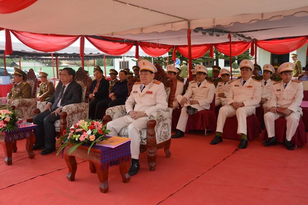 Các đại biểu tham dự buổi lễ bàn giao công trình xây dựng trụ sở Công an tỉnh Xiêng Khoảng