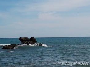 Photo: Jag försöker få en bild när vågorna slår över stenarna